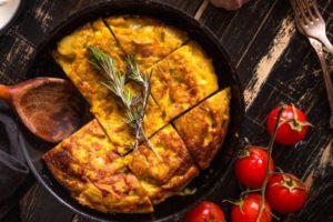 Tortilla in Pfanne, in Stücke geschnitten
