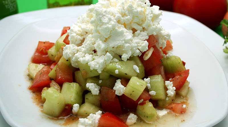 Teller mit Schopska-Salat.