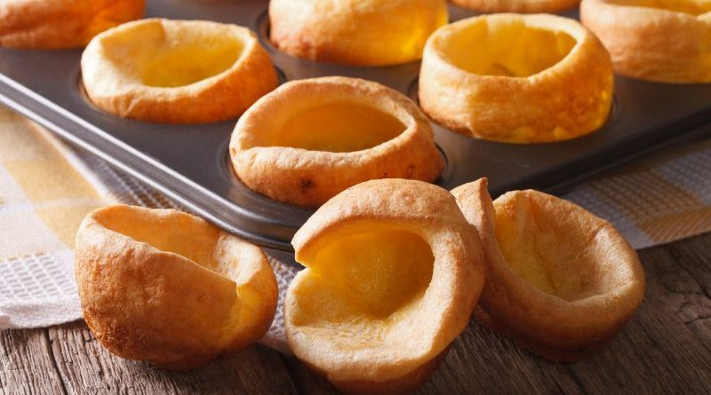 Yorkshire Puddings mit Backform im Hintergrund