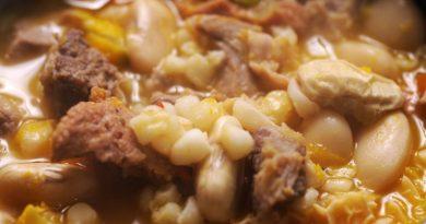 Locro-Eintopf mit Fleisch, Mais und weißen Bohnen