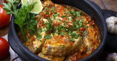 Schale mit Moqueca de peixa - gut zu sehen ist Fisch und frischer Koriander