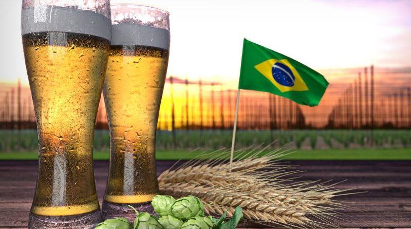 Biergläser, Hopfen, Getreide und brasilianische Flagge