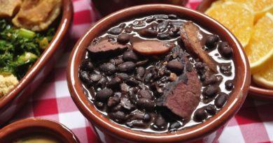 Topf mit Portion brasilianischer Feijoada - zu sehen sehr dunkle Bohnen und Fleisch
