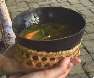 Schale gefüllt mit Tacacá in Körbchen, um die Schalte halten zu können