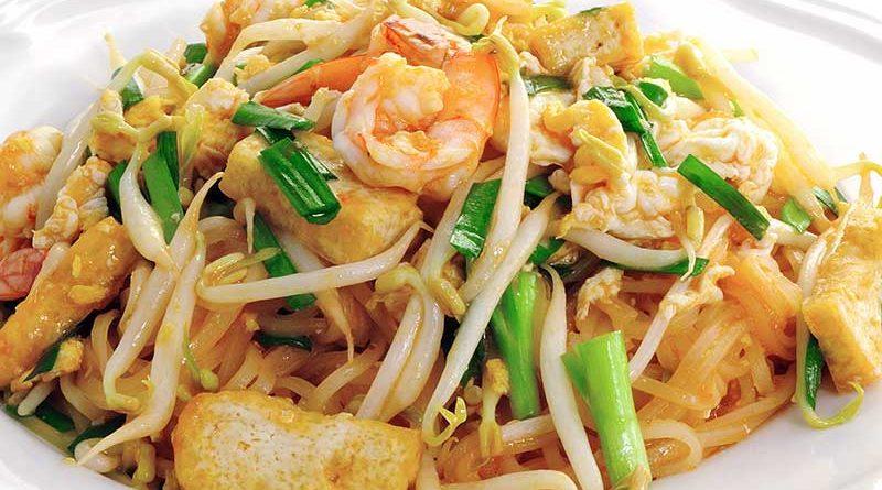 Pad Thai im weißem Teller - zu sehen sind Reisnudeln, Ei, Tofustreifen und Garnelen