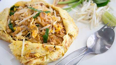 Pad Thai auf Eieromelett serviert