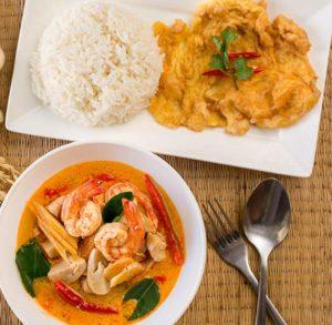 Schale mit Tom Yuzm Suppe, Platte mit Reis dazu.