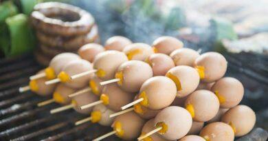 Grill mit mehreren Spießen a 3 Eiern (Khai Ping)