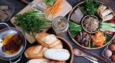 Blick auf Tisch mit Zutaten für Bánh mì